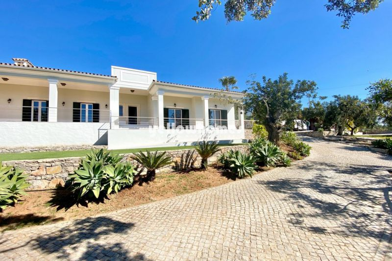 Top quality villa with 4 bedrooms in an idyllic location near São Bras